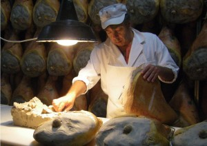 """Der Prosciutto di Parma oder Parmaschinken ist ein weltberühmtes typisch italienisches Produkt, das sich außer durch seine geschmacklichen Besonderheiten auch durch die eingebrannte """"Krone"""" von anderen Schinken unterscheidet"""